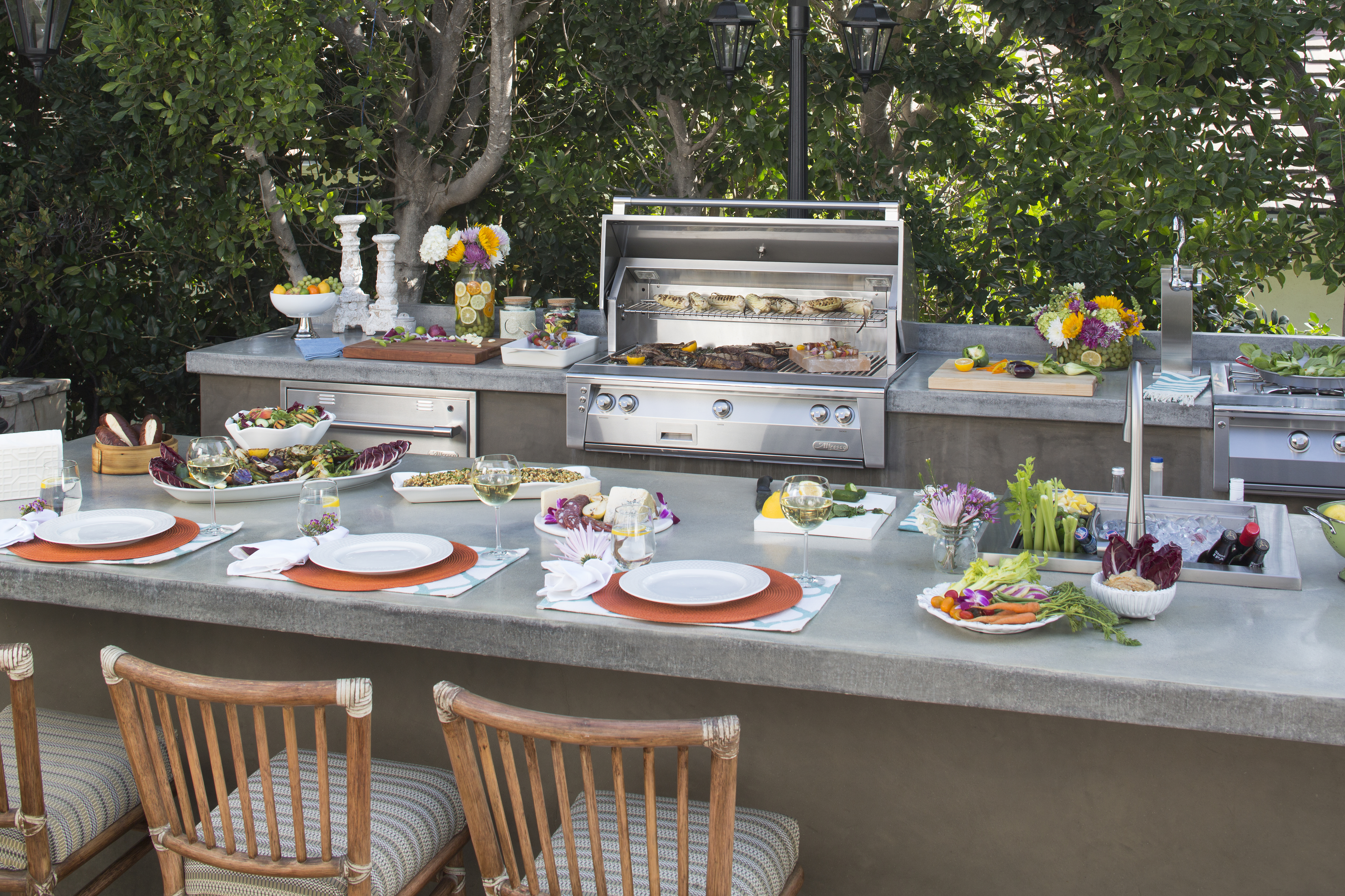 Alfresco Grills sets the bar pretty high for luxury outdoor appliances and we can see why. Who wouldn't want to pull a stool up to this kitchen and enjoy dinner outdoors?